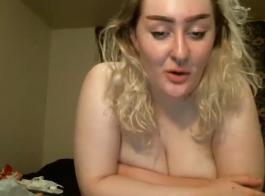 وقحة شقراء تمارس الجنس بشكل عرضي مع صديقتها المقربة ، في شقة فارغة وتئن أثناء كومينغ