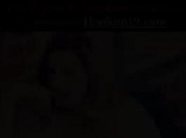 امرأة سمراء لا تشبع تستخدم لعبتين جنسيتين لإمتاعها أمام النار