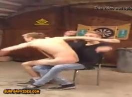 يمارس الرجال الأقرن جنسًا ثلاثيًا مع فتاة عاهرة لمسها رجل موشوم