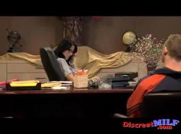 سكرتيرة قرنية ، سيلفيا ديلاي ورئيسها الوسيم يمارسان الجنس بين الأعراق في مكتبه الضخم