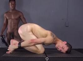 شاب وسيم أسود يمارس الجنس مع زوجة صديقه الأبيض ، لأول مرة ، في المنزل