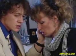 امرأة ناضجة سيئة ترتدي نظارات ، ألينا فاك تمارس الجنس الوحشي مع صديق ابنها الوسيم ، أثناء وجودها في غرفة النوم