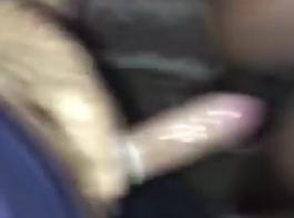 فاتنة الأبنوس هو الحصول على بوسها ضيق ومارس الجنس في العديد من المواقف ، على الأريكة