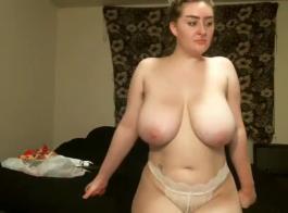 شقراء جميلة ذات صدر صغير ، أنجيلا ماسي تحتاج إلى ممارسة الجنس ، حتى أثناء انتظار الولادة