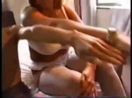 طويل القامة مدلكة مارس الجنس من قبل موكلها بعد إعطاء الرأس