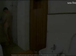 مراهقة ناضجة تمتص صديقها بينما يشاهد الزوج