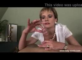 السيدة سونيا تبدو جميلة ، أليس كذلك؟ حسنًا ، هذا لأنها تحب حقًا إنشاء مقاطع فيديو إباحية