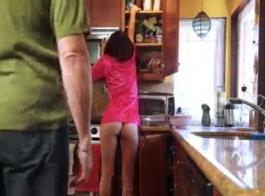 تحميل سكس أب ينيك بنته وامها معا