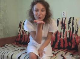 امرأة سمراء الهواة تجريد قبل الاستمناء