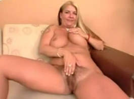 جبهة مورو مفلس مع شعر كس وعشيقها الشاب يلهون ، بينما في غرفة نومها