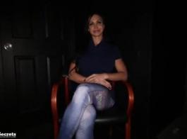 كيري جلوري هي عاهرة شقراء ناضجة ، تحب ممارسة الجنس قبل الاستعداد للعمل