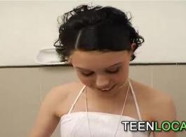 جميل صغير يبلغ من العمر 18 التبول في مرحاضها العام