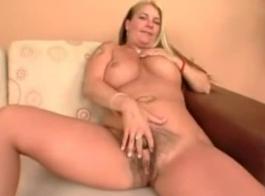 امرأة سمراء مفلس مع كبير الثدي تحب أن تشعر بقضيب أسود صلب أسفل الحلق