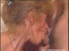 يقوم الرجل الفرنسي بعمل فيديو إباحي لزوجته البالغة من العمر 43 عامًا ، خلال المجموعات ثلاثية