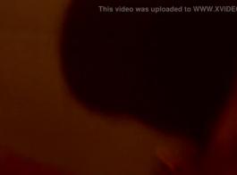 خلعت فاتنة شقراء ملابسها للكاميرا وبدأت في اللعب في بوسها المحلوق تمامًا
