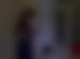 تصل امرأة سمراء الروسية إلى النشوة الجنسية أثناء الرجيج من رجل كبير السن