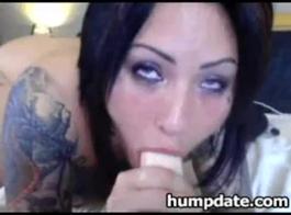 تلميذة موشومة تحصل على بوسها المشعر يمسح حتى يتمكن صديقها من ممارسة الجنس مع عقولها