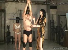 غريب فتاة الرقيق مع ضخمة الثدي يحصل انتقد من قبل الديوك متعددة من آلة اللعنة