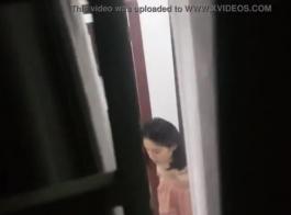 امرأة من الحي الآسيوي ترتدي جوارب على وشك أن تبذل قصارى جهدها لكسب بعض المال