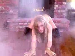 تتناوب الفتيات الجذابات من خشب الأبنوس في مص قضيبًا صلبًا ، بينما يركعن أمام الرجل
