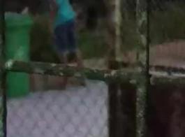 المراهق النحيف يركع على الأرض ويبتلع العديد من القضبان الصلبة في نفس الوقت