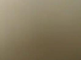 فاتنة سوداء بابتسامة ضخمة تلعب بكرات صديقها أثناء وجودها في غرفة النوم