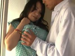كانت فتاة الأبنوس الحسية تئن بينما كان زوجها السابق يحفر بوسها الضيق من الخلف