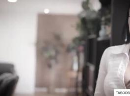 مثير جبهة مورو مع كبير الثدي هو أول تجربة جنسية لها لكنها تحب ذلك كثيرًا