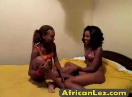 مثير في سن المراهقة الأفريقية في الملابس الداخلية الوردي