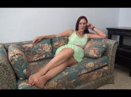 سيدة شقراء ساخنة ترتدي أفضل فستان لها إلى حانة لممارسة الجنس مع رجل عشوائي