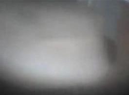 إيلا ديفين آمين باستخدام قضيب جلدي دسار للعب بوسها مثقوب