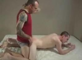شابان يمارسان الجنس مع مثليات لائقين ، مرة واحدة في اليوم ، خلال جلسة التمرين العادية