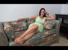 تستخدم السيدة الساخنة وكالتها لصنع فيديو إباحي خشن لنفسها أثناء الإرسال