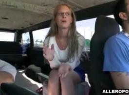 شقراء خجولة الحصول على اصابع الاتهام ومارس الجنس