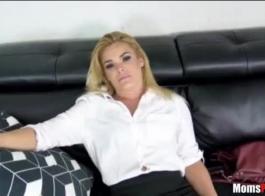 تمارس امرأة سمراء الساخنة استغل من قبل رئيسها ، أثناء إجراء مكالمة هاتفية ، في نفس الوقت