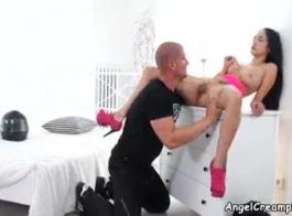 امرأة سمراء مع الثدي الطبيعية يعطي تدليك كس ثم يحصل قريد قبالة وقصفت