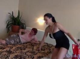 فاتنة الساخنة يحصل على الحمار مارس الجنس من قبل مسمار