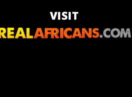 مراهق أفريقي في كرسي اللعب يحب مص القضيب ، وابتلاع نائب الرئيس بعد التدفق.