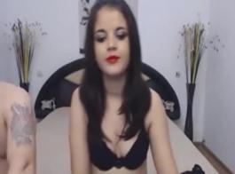 امرأة سمراء في سن المراهقة يحصل الحمار امتدت ومارس الجنس