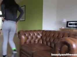 امرأة سمراء في سن المراهقة رائعتين هي ركوب صخرة قضيب صلب وتئن من المتعة أثناء الاستعداد لممارسة الجنس