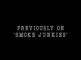التدخين الساخن جبهة مورو الأمور هو مص ديك السائق حي، فقط لجعل صديقها قذف عليها