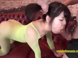 لطيف اليابانية في سن المراهقة مشاهدة رجلها