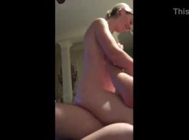 امرأة شقراء جذابة في أحمر، بلوري بلوزة تحصل مارس الجنس من الصعب والصراخ من المتعة أثناء كومينغ