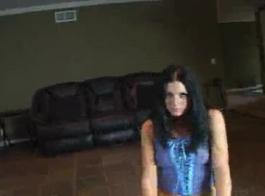 امرأة سمراء في سن المراهقة وقحة مارس الجنس