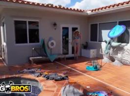 يلعب جبهة مورو قرنية مع فاتنة ساخنة سوبر على الأريكة، في غرفة المعيشة ضخمة