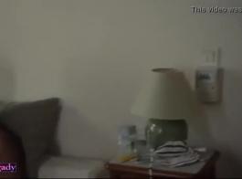 المرأة الساخنة لديها مجموعة من ثلاثة أشخاص بين الأعراق، أمام مكان النار، على الأريكة