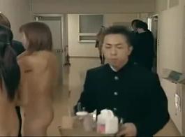 فتاة المدرسة اليابانية غير خاضعة للرقابة انظر من خلال الجسم المدهش