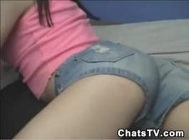 ينتشر في سن المراهقة مفلس ساقي واسعة ويسمح لعشاقها بفرك كس لها والحمار.
