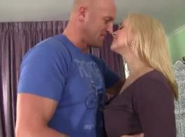 سارة فانديلا هي ممارسة الجنس الشرجي مع صديقها واستمتع بها كل مرة