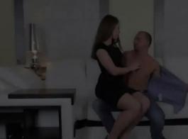 امرأة سمراء في مثير، كانت تنورة قصيرة تشعر بالملل حتى تمارس الجنس مع جارتها الجديدة